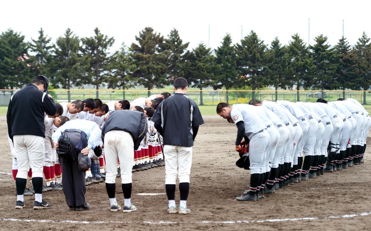 試合終了後に整列し、あいさつする弘前実と弘前東の選手たち(撮影・相沢孔志)