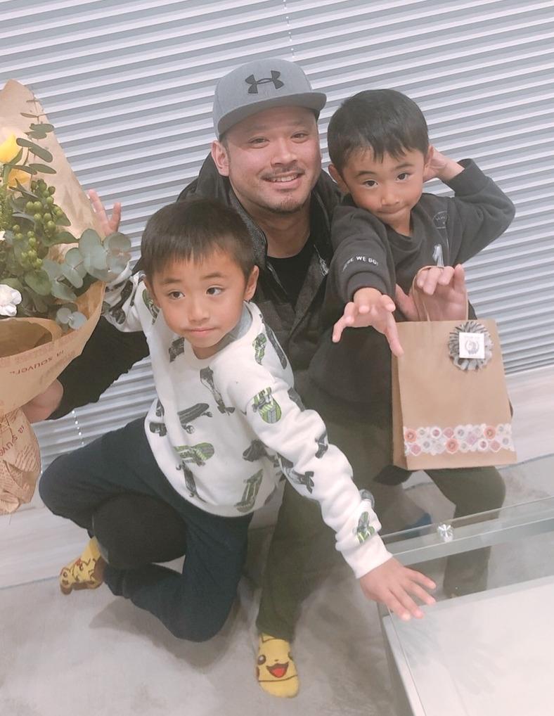 06年夏の甲子園、鹿児島工の代打の切り札として活躍した今吉晃一さん(中央)と2人の息子