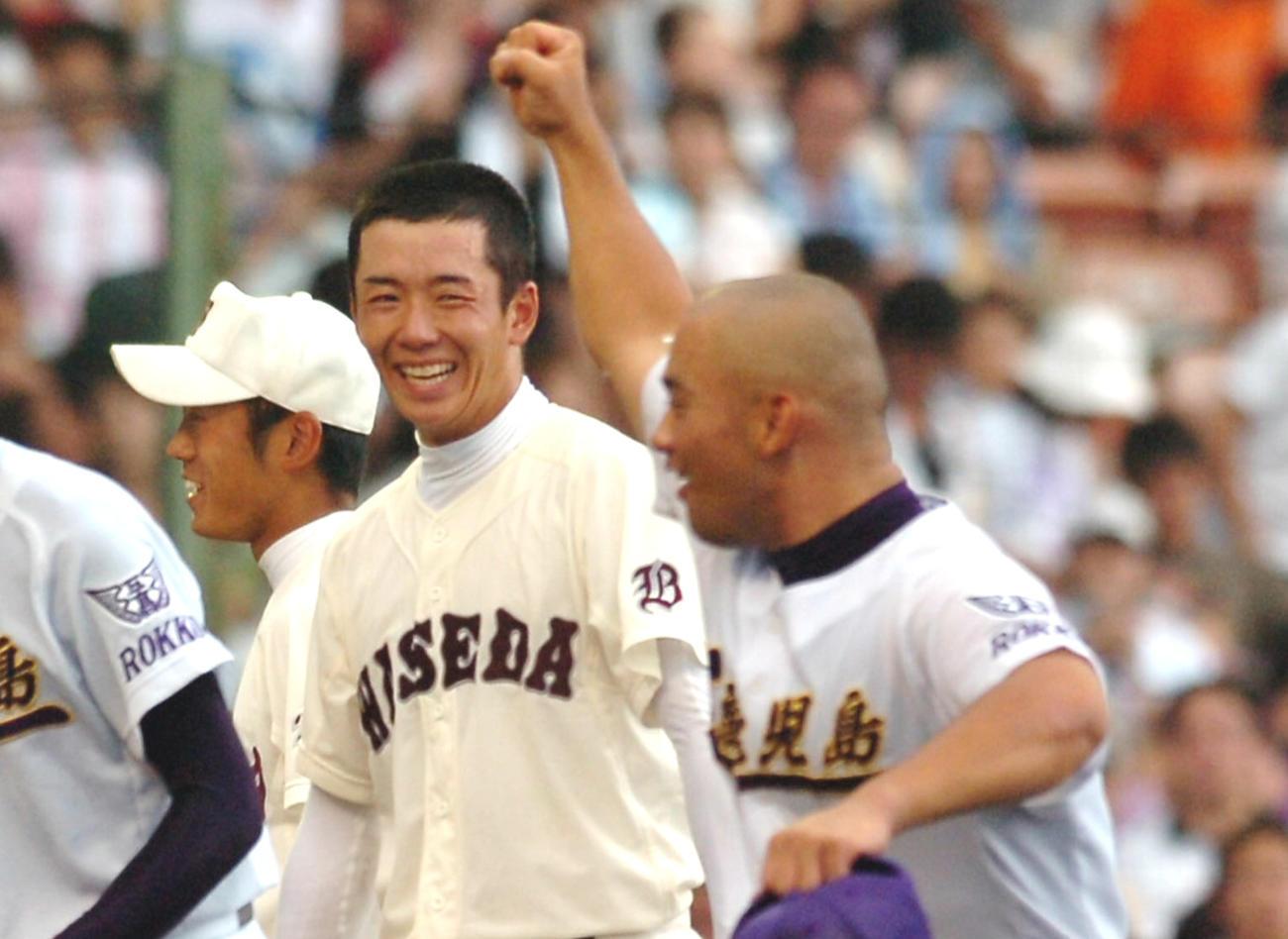 06年8月、勝利を飾った早実の斎藤(中央)は鹿児島工の今吉とあいさつを交わし笑顔を見せる