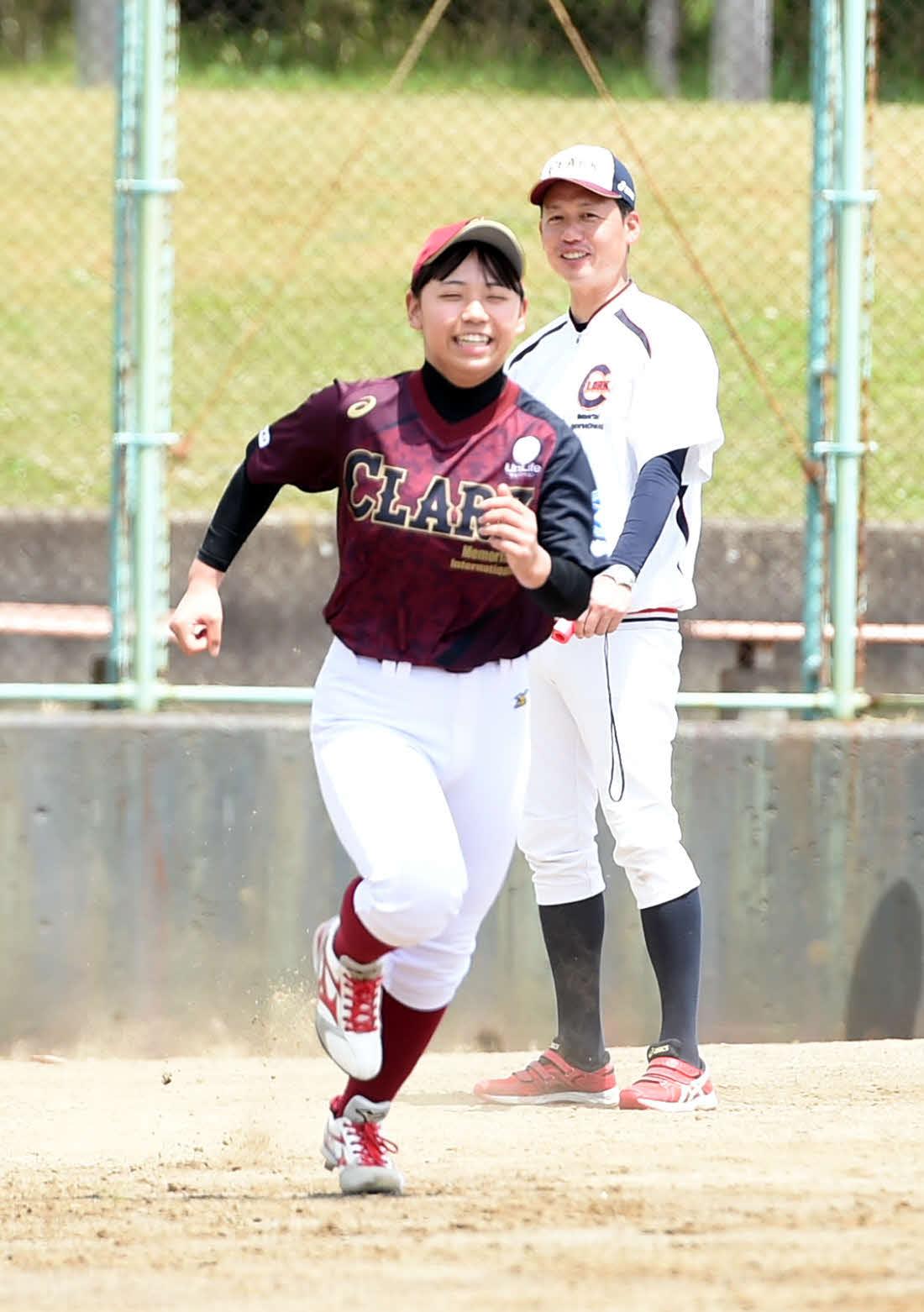 17日、走り込み練習を見守るクラーク仙台・渡辺部長(奥)