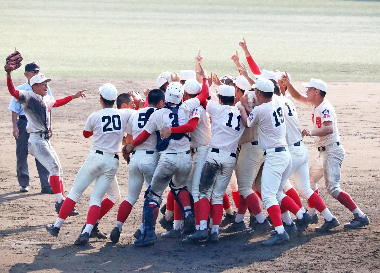 昨年の奈良大会で優勝し喜びを爆発させる智弁学園の選手たち(2019年7月29日撮影)
