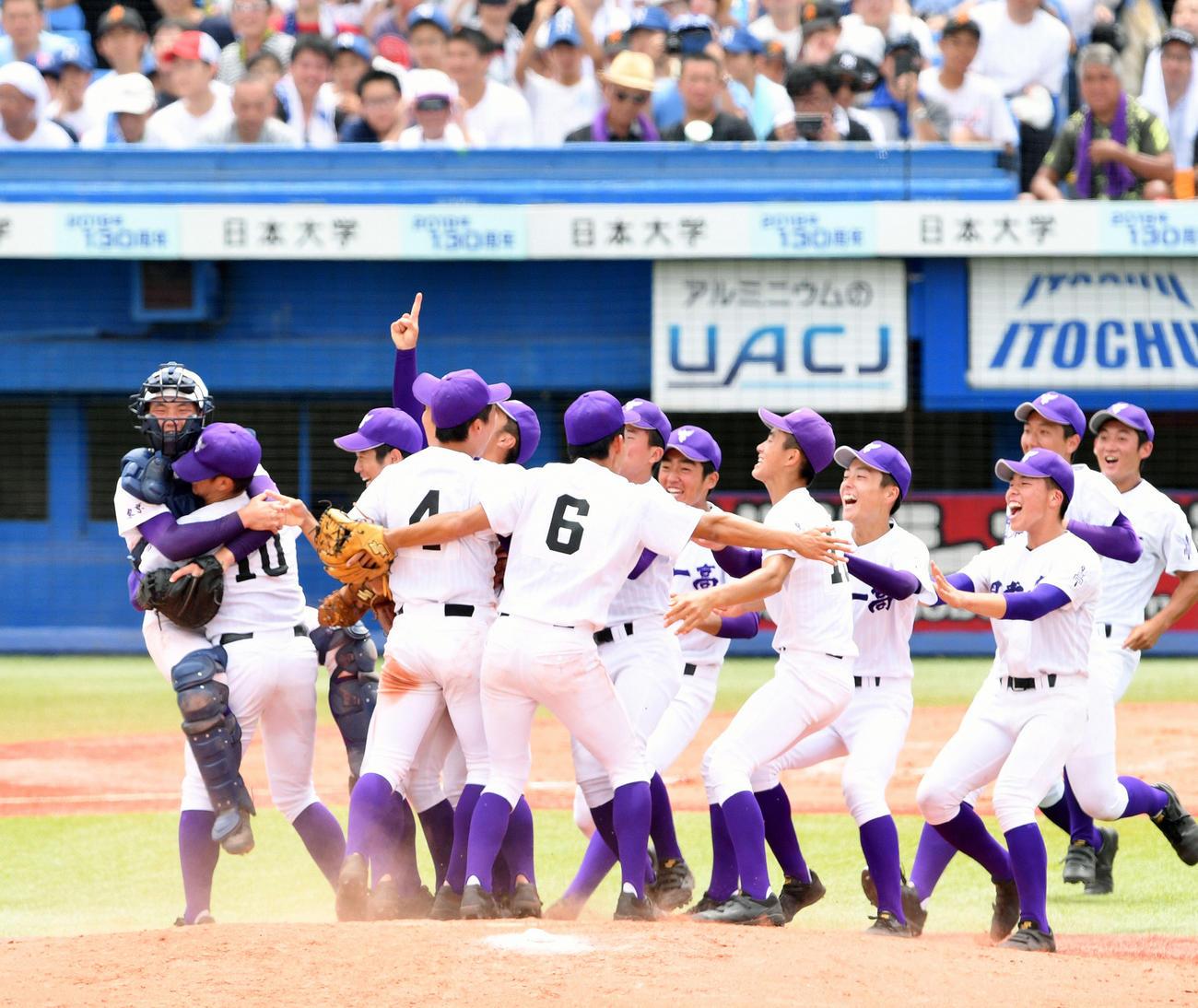 昨年の東東京大会決勝で優勝を決め歓喜の輪を作る関東第一ナイン(2019年7月27日撮影 )