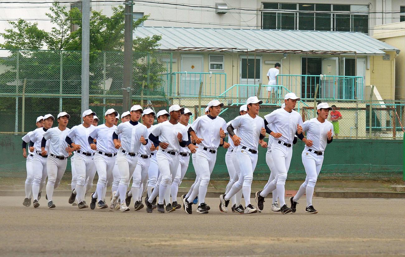 練習前にそろってジョギングする静岡高の選手たち
