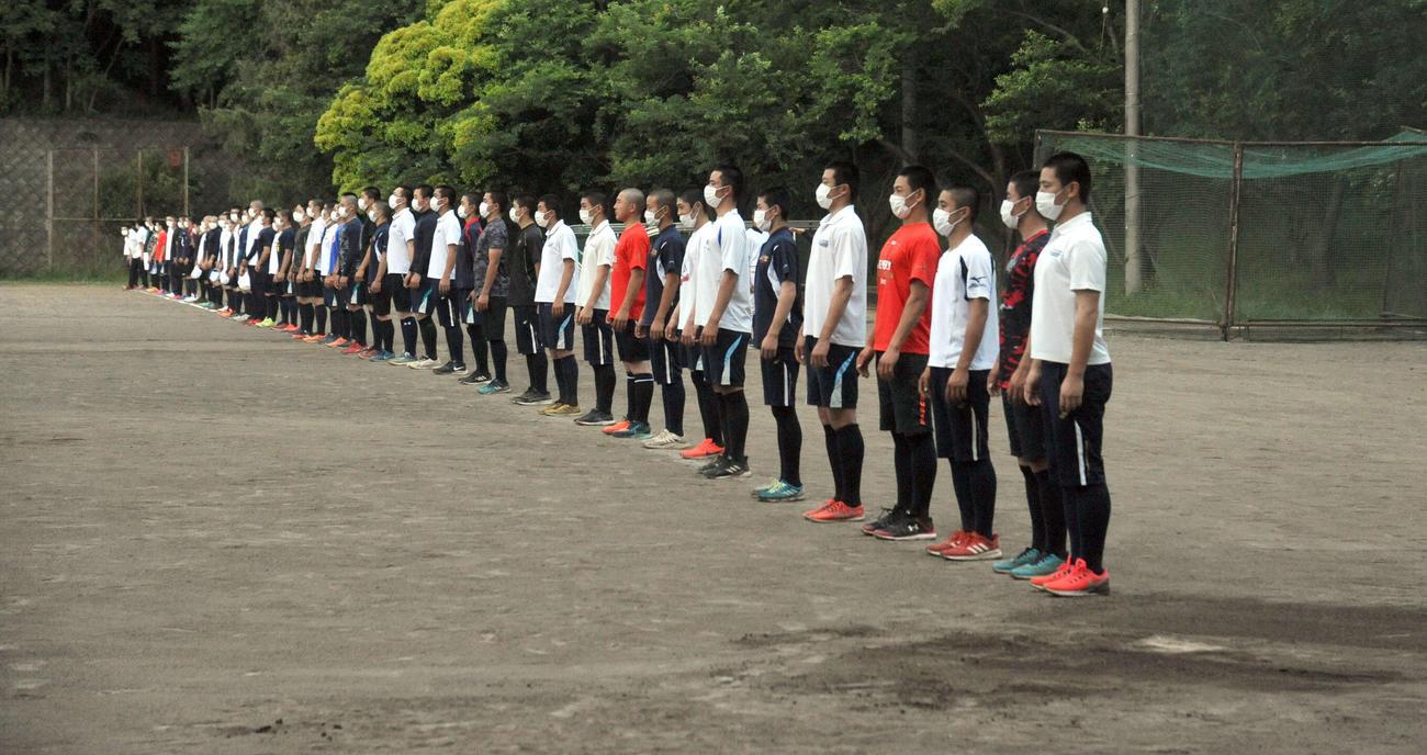 練習終了後、部員全62人は整列し、グラウンドへ向けてあいさつをする