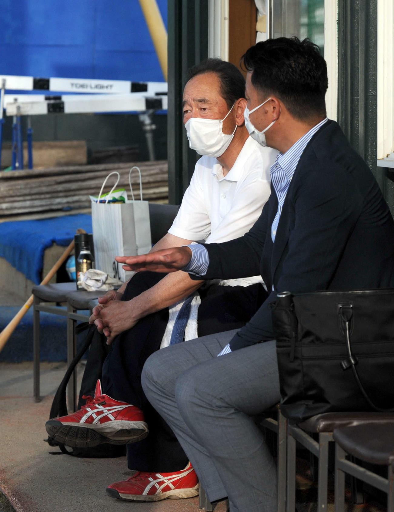 練習する選手たちの様子を眺める浜松工の杉山監督(左)