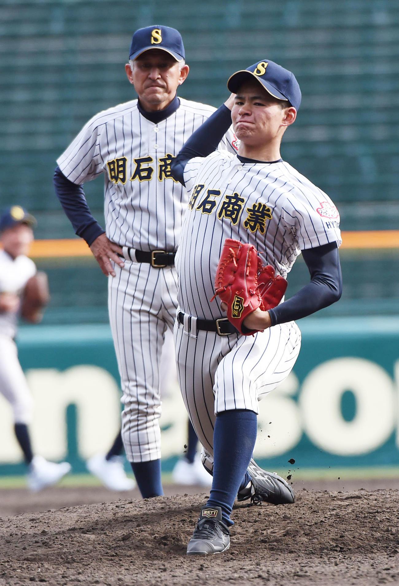 中森俊介の投球を見る狭間善徳監督(2019年3月18日撮影)