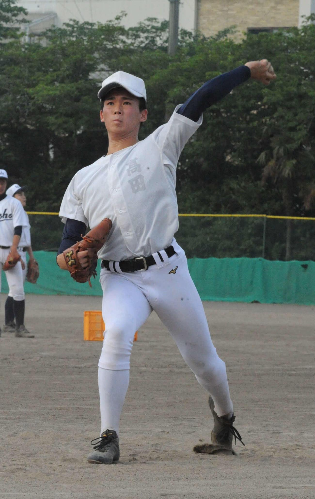 軽めの投球練習をする静岡商の高田琢登投手