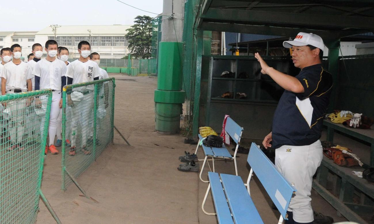 練習終了後、静岡商の高田晋松監督(右)は県独自大会などについてナインに話す