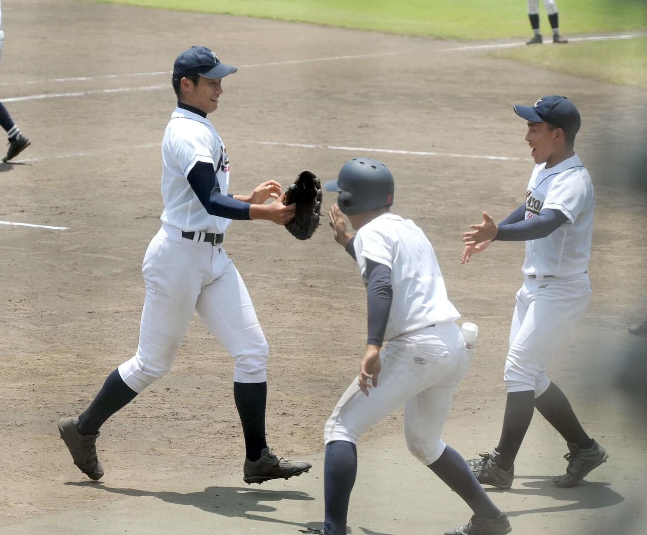満足のいく投球を見せ、笑顔でベンチへ戻る加藤学園の肥沼(左)