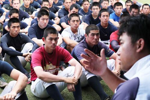 甲子園高校野球交流試合の開催を選手たちに伝える山梨学院・吉田健人部長(代表撮影)