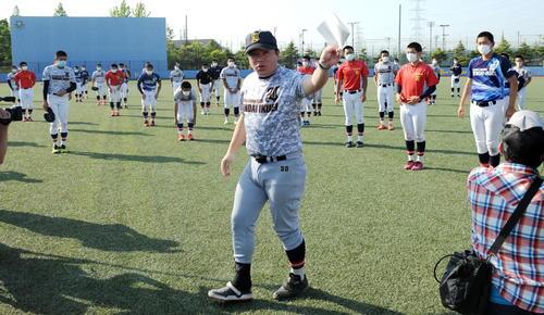 仙台育英の須江監督(中央)は選手たちに甲子園交流試合に招待されたことを伝える