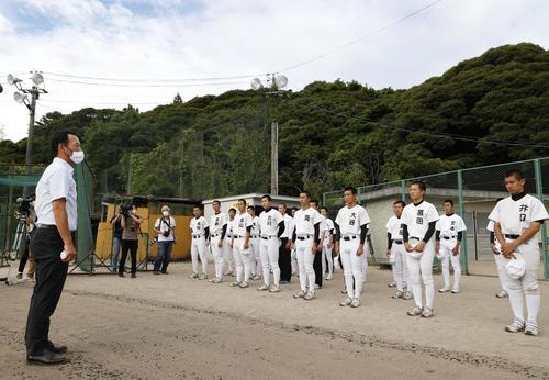 「2020年甲子園高校野球交流試合」の開催が決まり、平田ナインに話す植田悟監督(左)(共同)