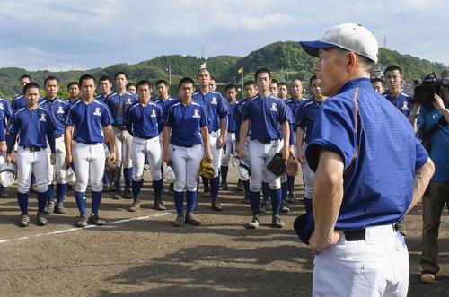 甲子園球場での交流試合開催決定をナインに伝える星稜の林和成監督(共同)