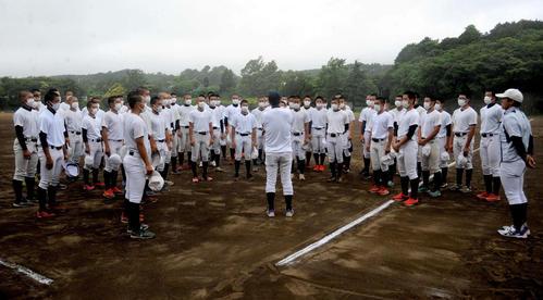 米山監督から交流試合開催を知らされる加藤学園の選手たち