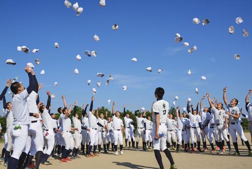 帽子を投げて喜ぶ日本航空石川の選手たち(共同)