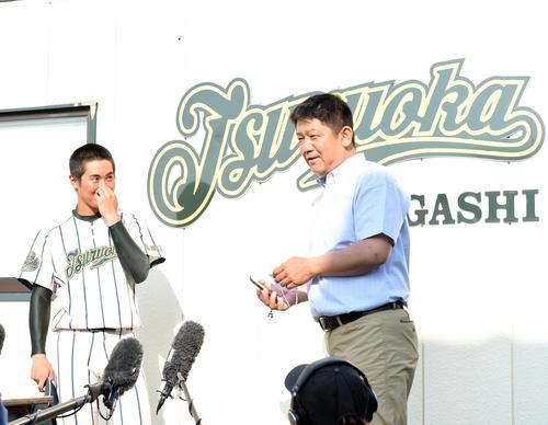鶴岡東・佐藤監督(右)からネットニュースを見せられ、甲子園交流試合開催を伝えられた鈴木主将(撮影・山田愛斗)