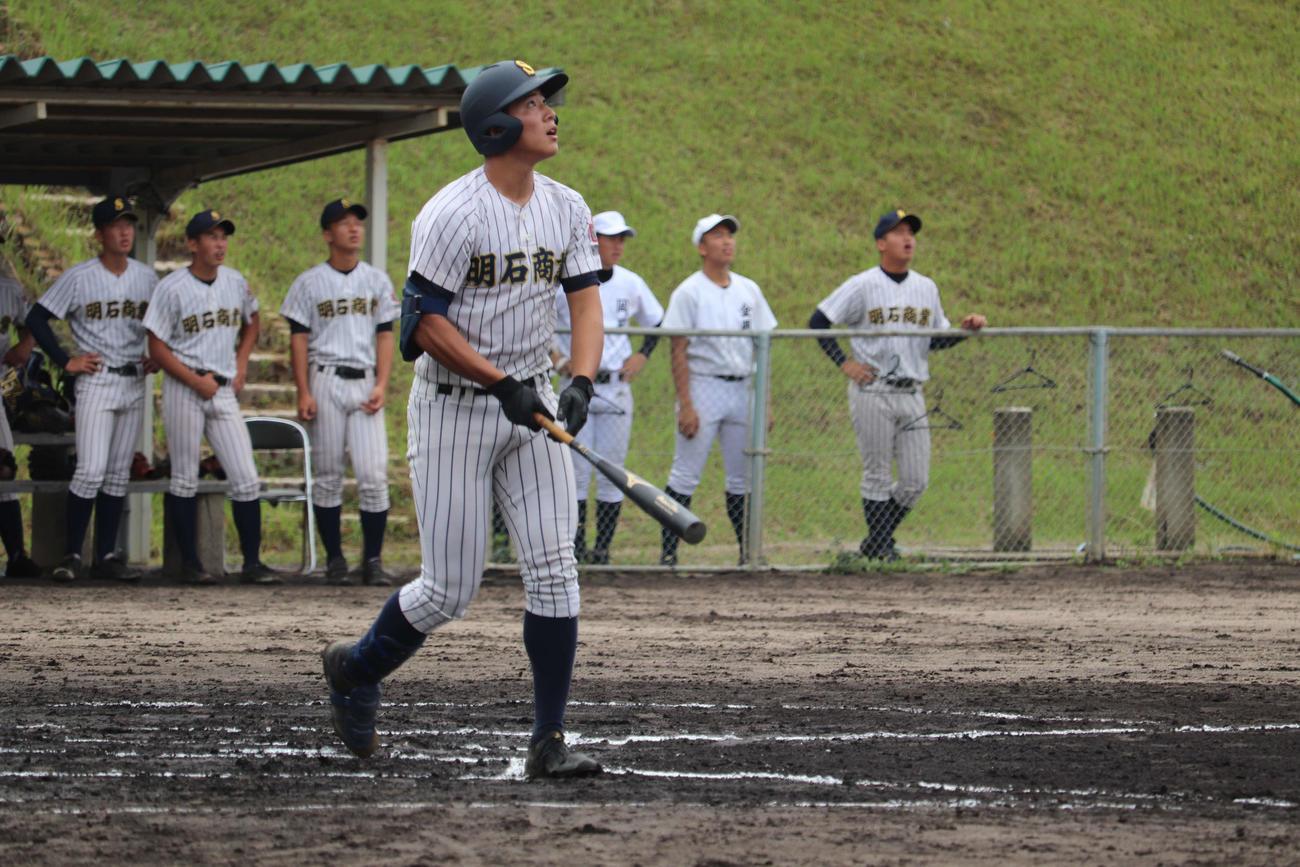 1点を追う初回に先頭打者弾を放った明石商・来田