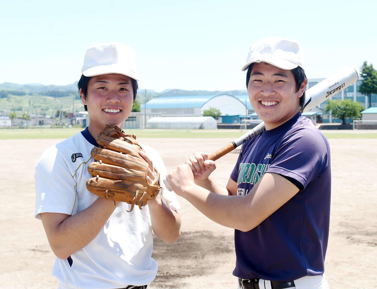 黒石商をけん引する斉藤主将(左)と奈良