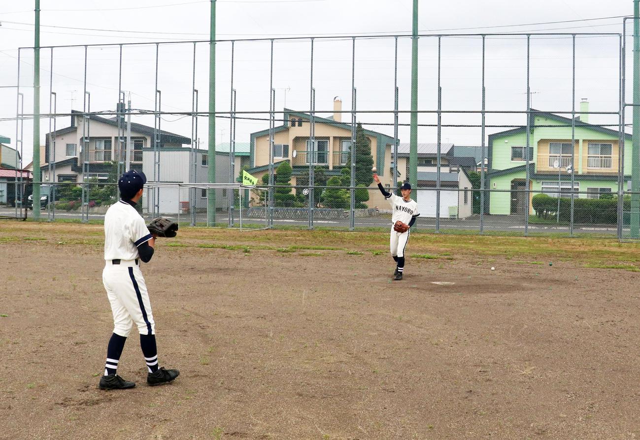広いグラウンドで2人で練習に励む名寄産の中屋(奥)と岩崎(撮影・浅水友輝)
