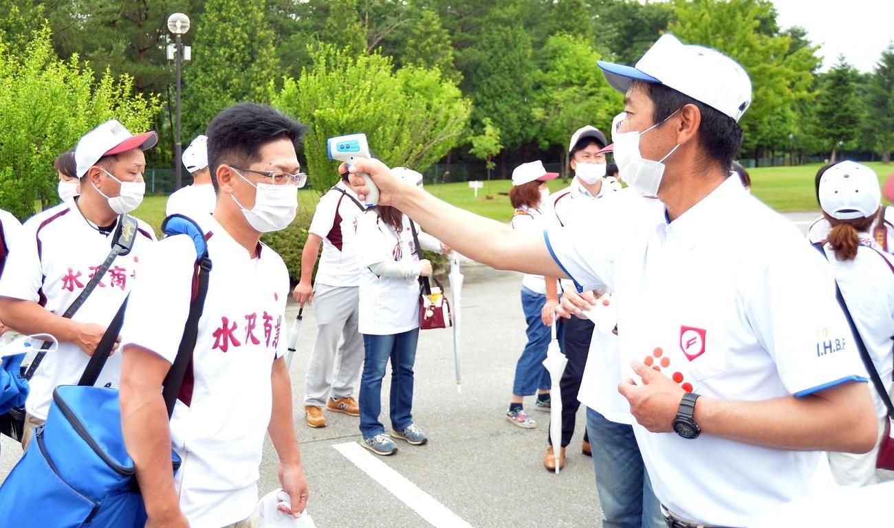 高野連担当者から検温を受ける水沢商の保護者たち(撮影・鎌田直秀)