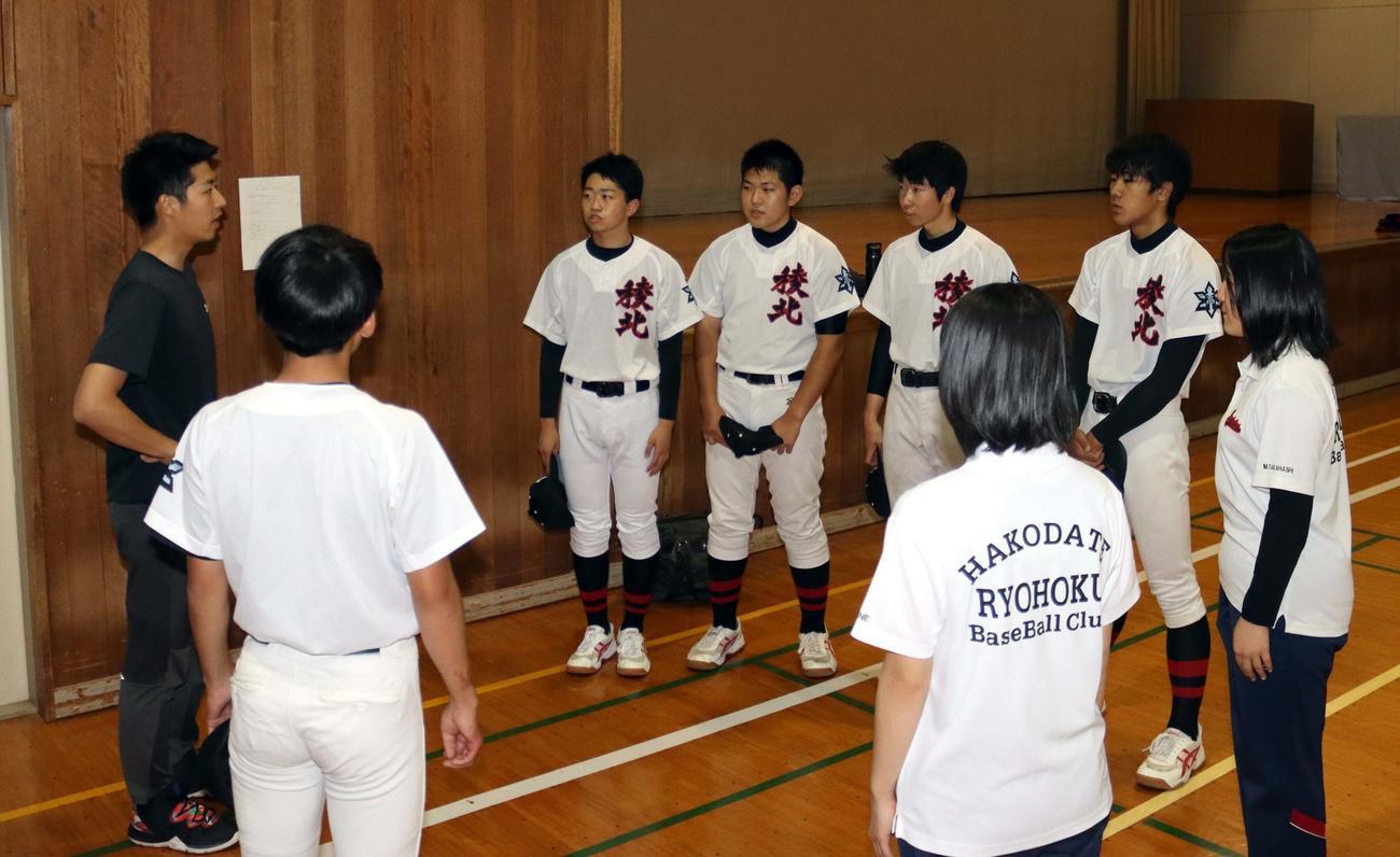 沢田監督の指示を聞く函館稜北の3年生部員(撮影・永野高輔)