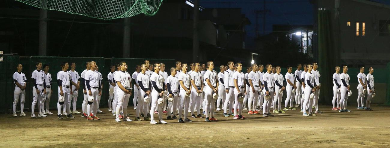練習後に校歌を斉唱する福島商の選手たち(2020年6月24日撮影)