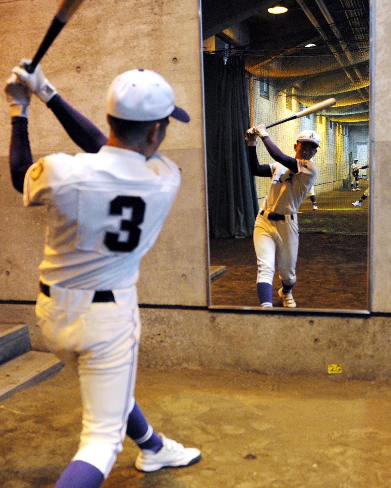 初戦が雨天順延になった不来方の羽沢主将は岩手県営野球場・室内練習場の鏡の前で素振りする