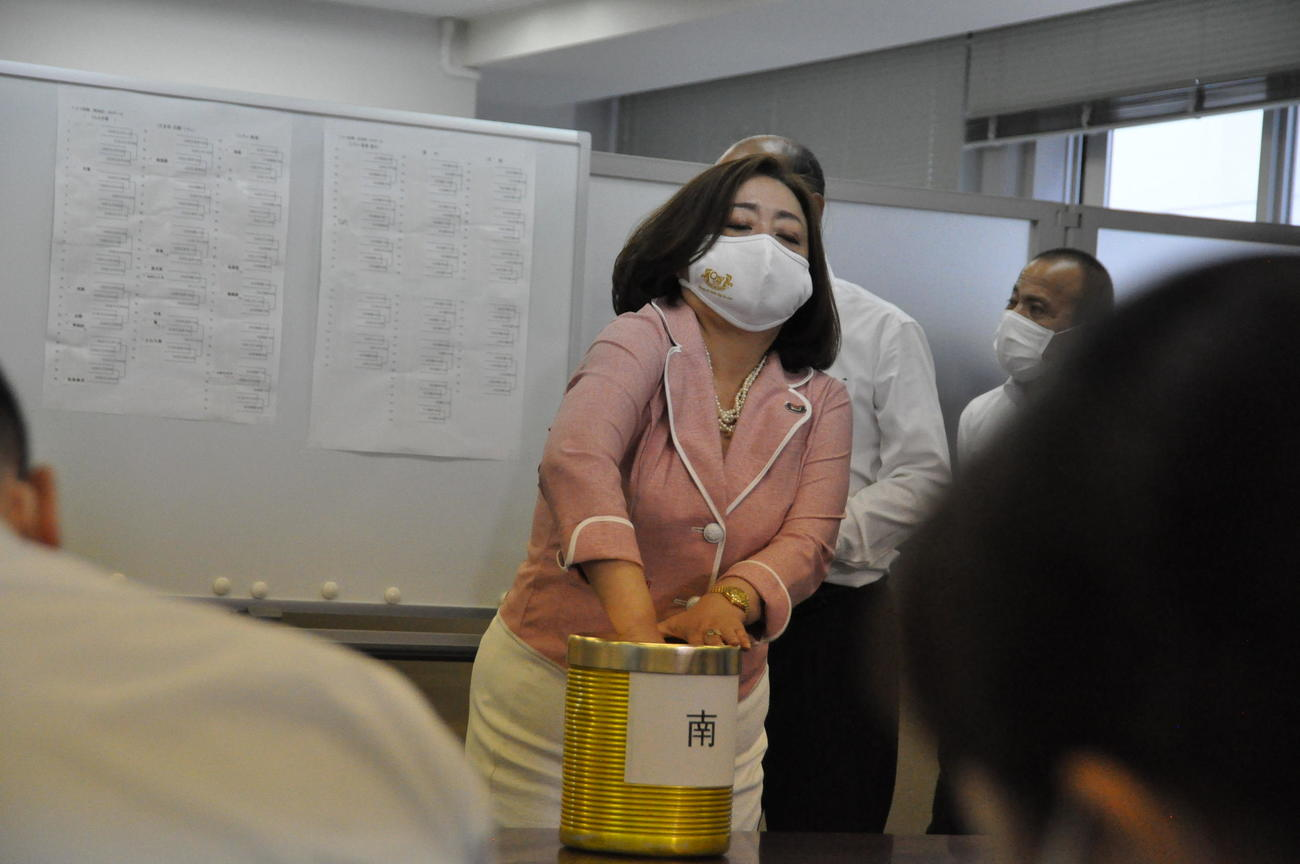 大阪府高野連の草島葉子副会長が大阪独自大会の代理抽選を行う