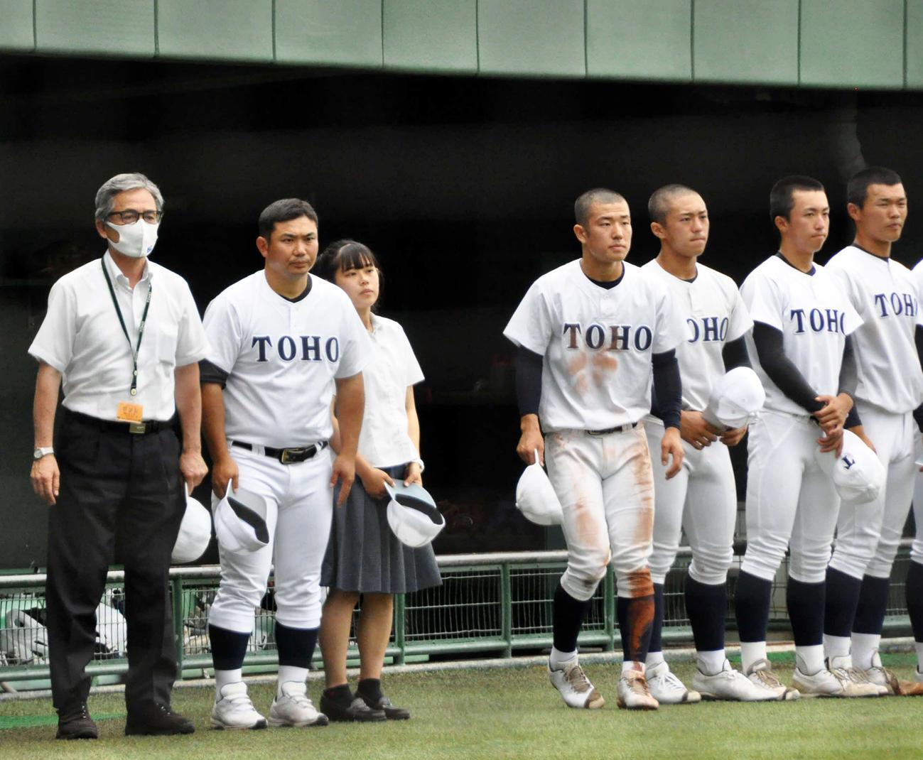 5回コールド勝ちし、ベンチ前に整列する東邦・山田監督(左から2人目)と選手たち(撮影・石橋隆雄)