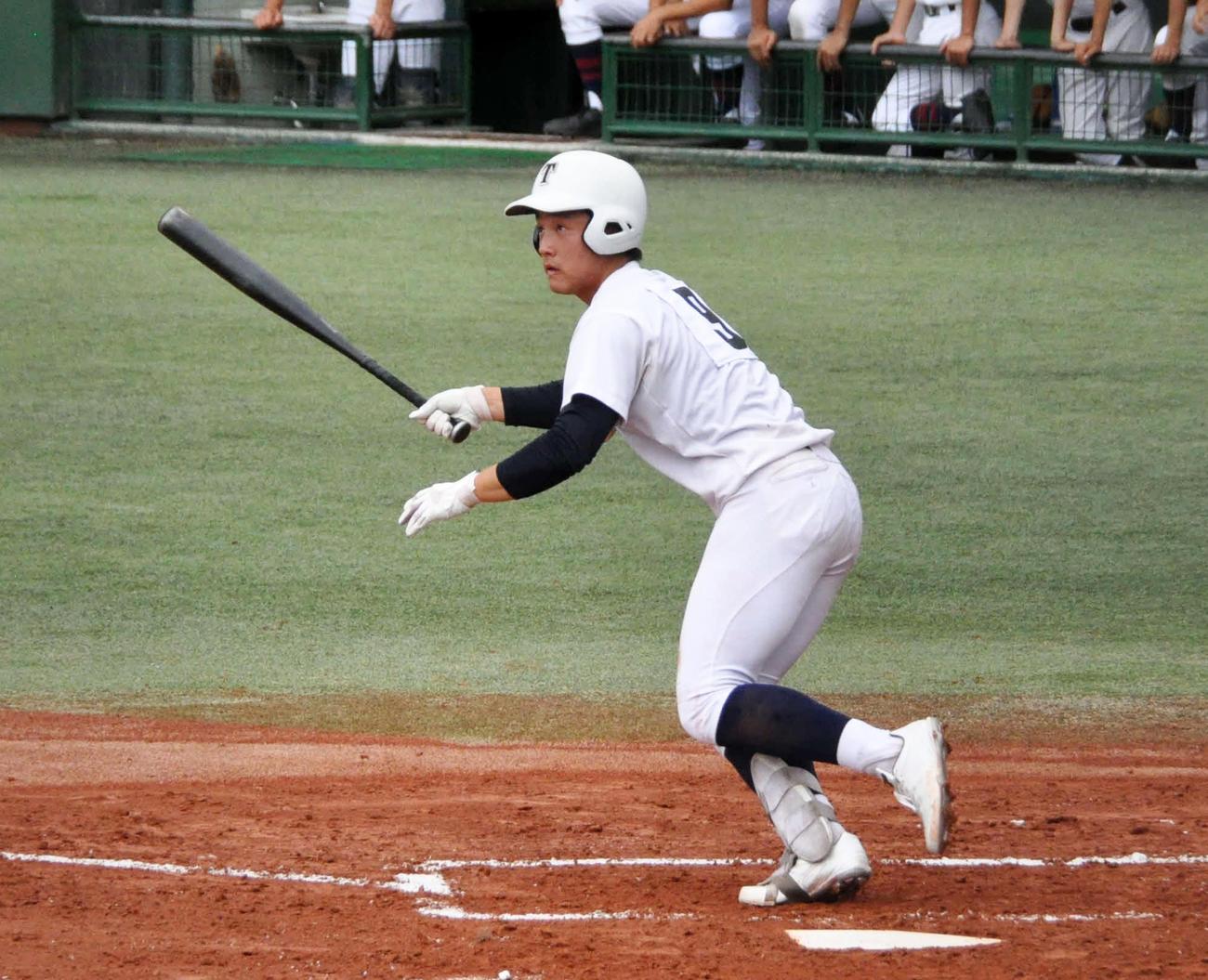 東海戦の3回1死二、三塁、東邦の3番吉納は左越え2点適時二塁打を放つ(撮影・石橋隆雄)