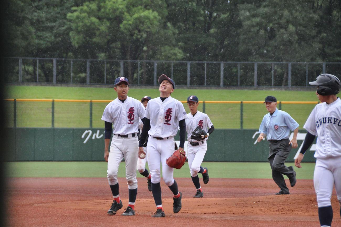 〈高校野球愛知大会:中京大中京-名南工〉8回コールドゲームが決まり、名南工の武藤翔輝投手(3年)は空を見上げる