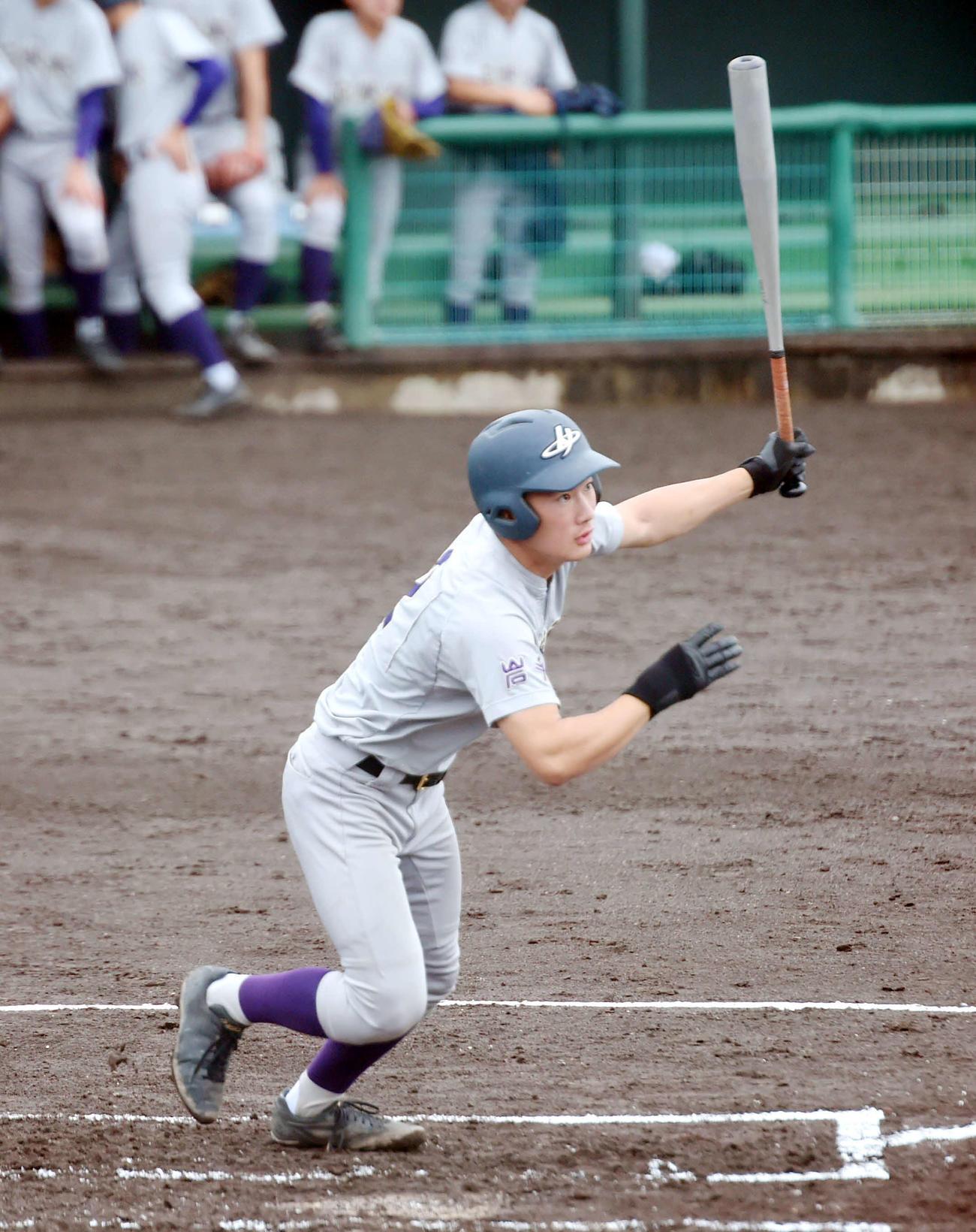 花巻東対遠野緑峰 1回表花巻東2死満塁、走者一掃の3点三塁打を放つ関根