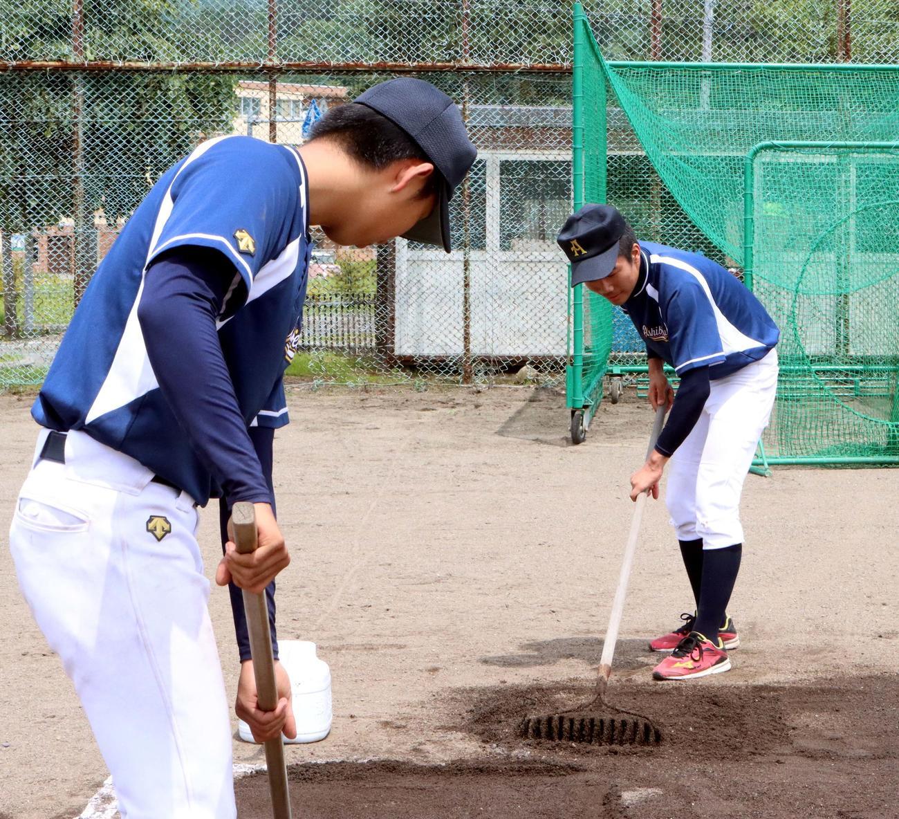 練習後、率先してグラウンド整備をする芦別の加藤(右)(撮影・永野高輔)
