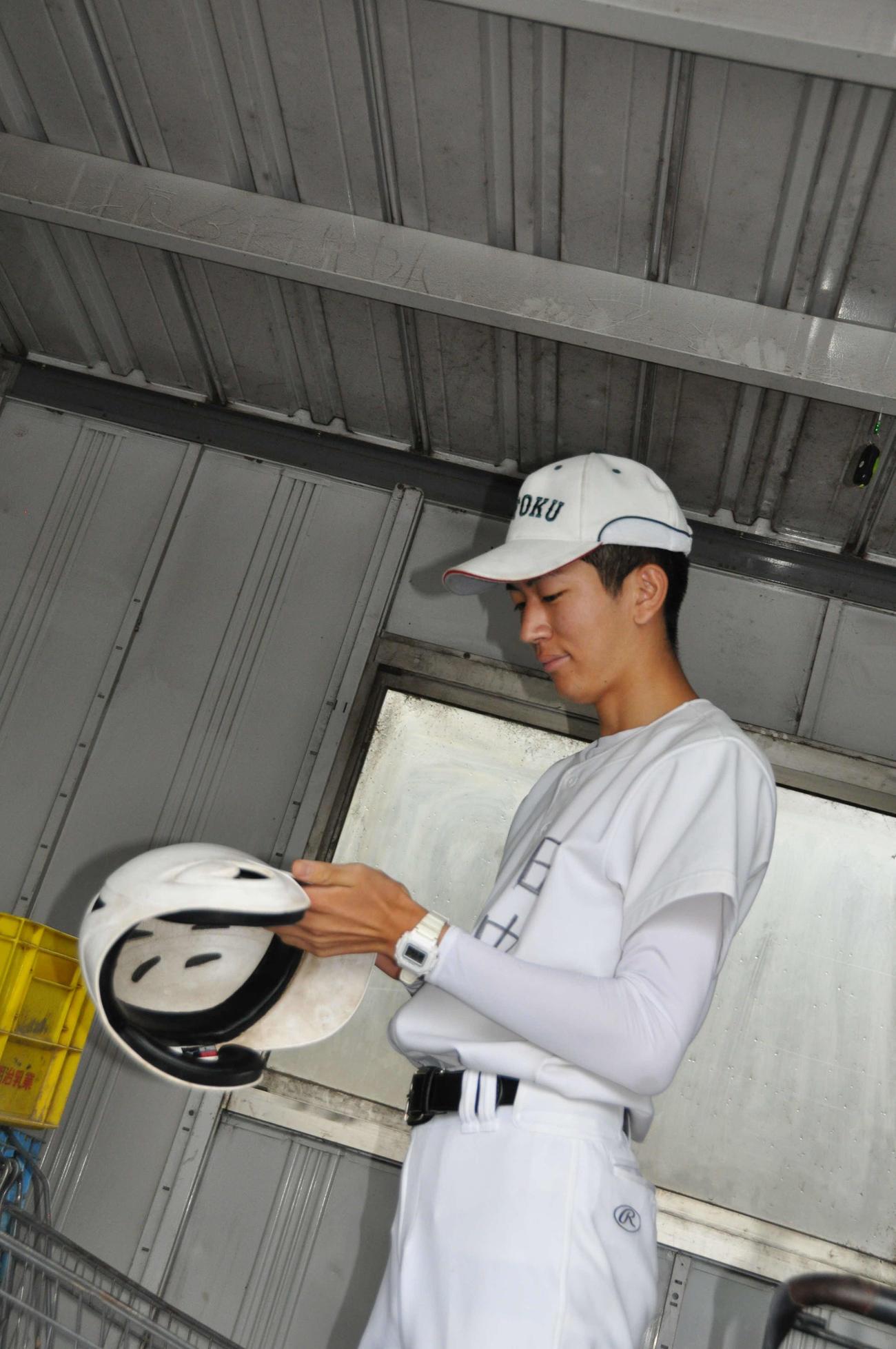 ヘルメットを磨く報徳学園の田中太晴(たいせい)マネジャー