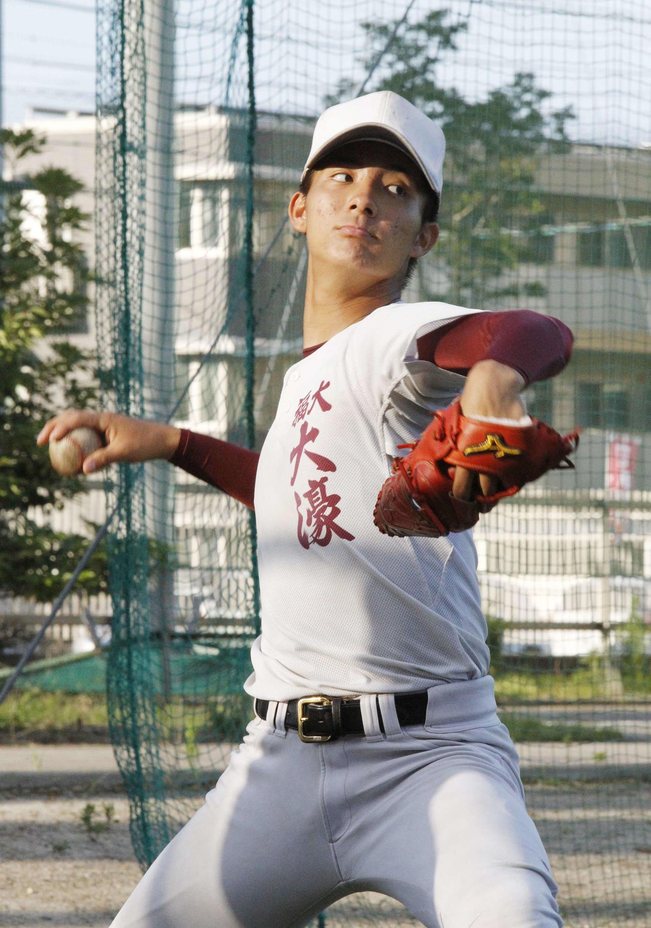 キャッチボールを行う野手兼投手の福岡大大濠・山城