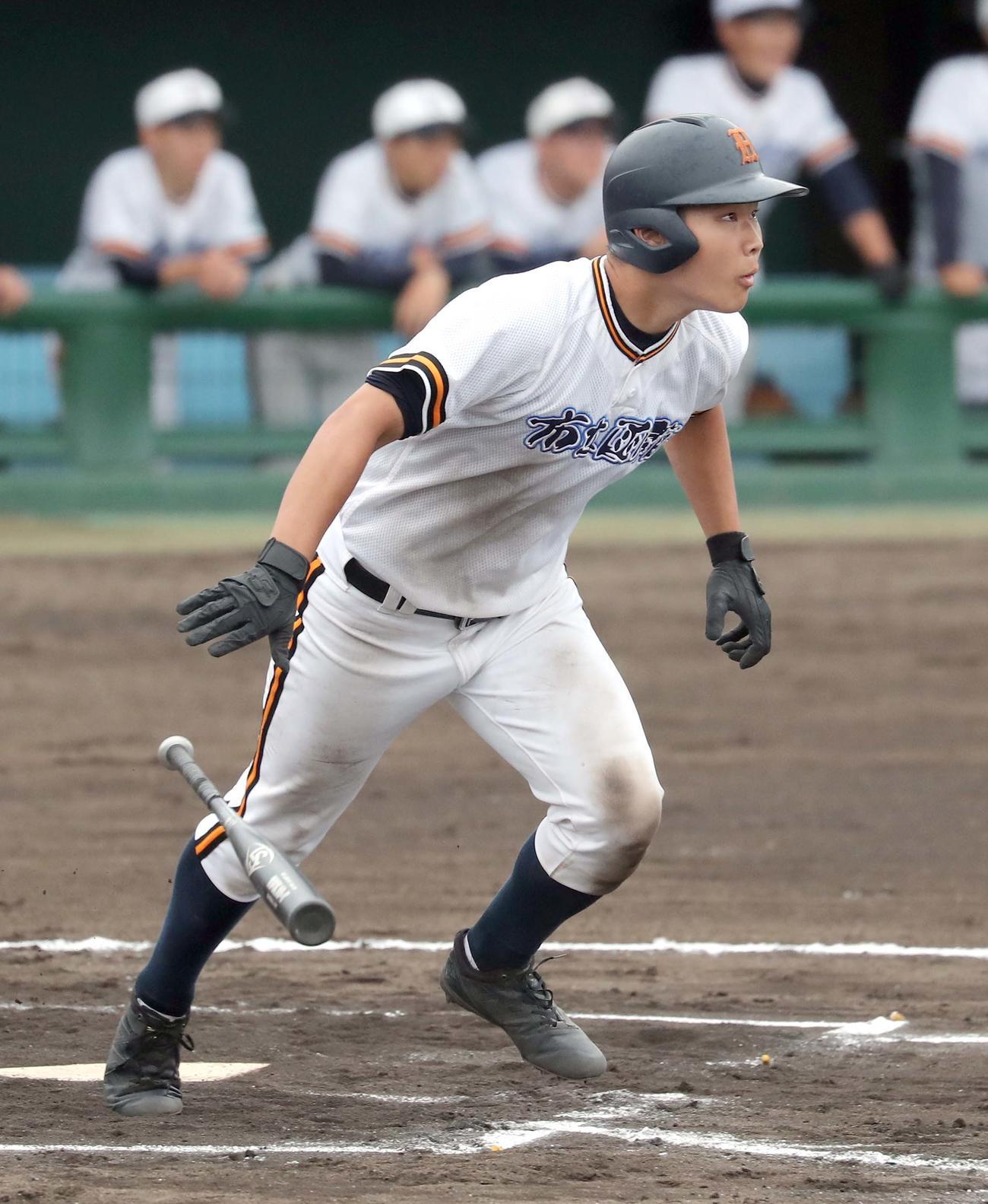 函館対函館西 7回表函館1死二塁、中野は適時三塁打を放つ(撮影・佐藤翔太)