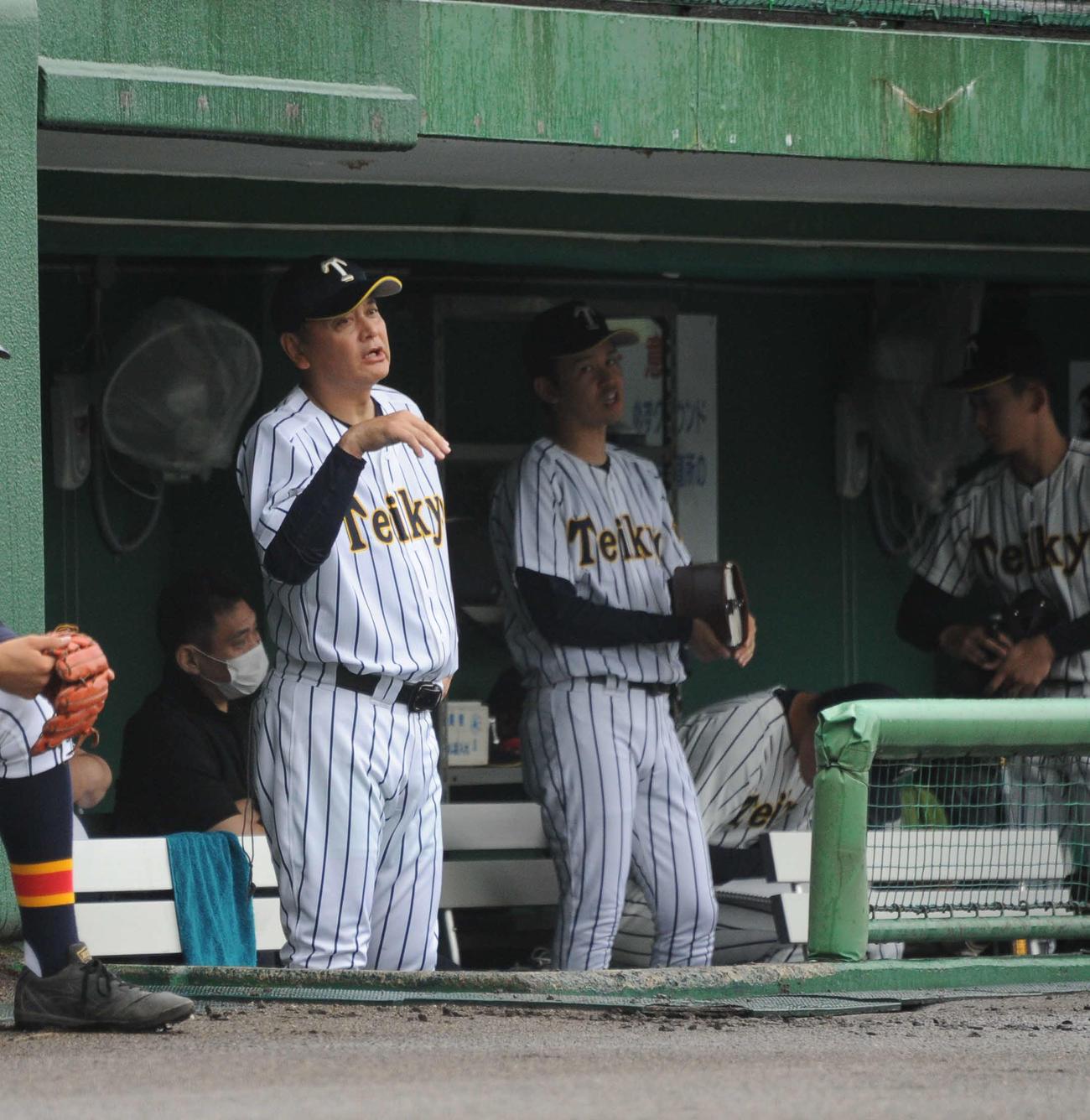 ベンチから選手に声をかける芝草監督(左)
