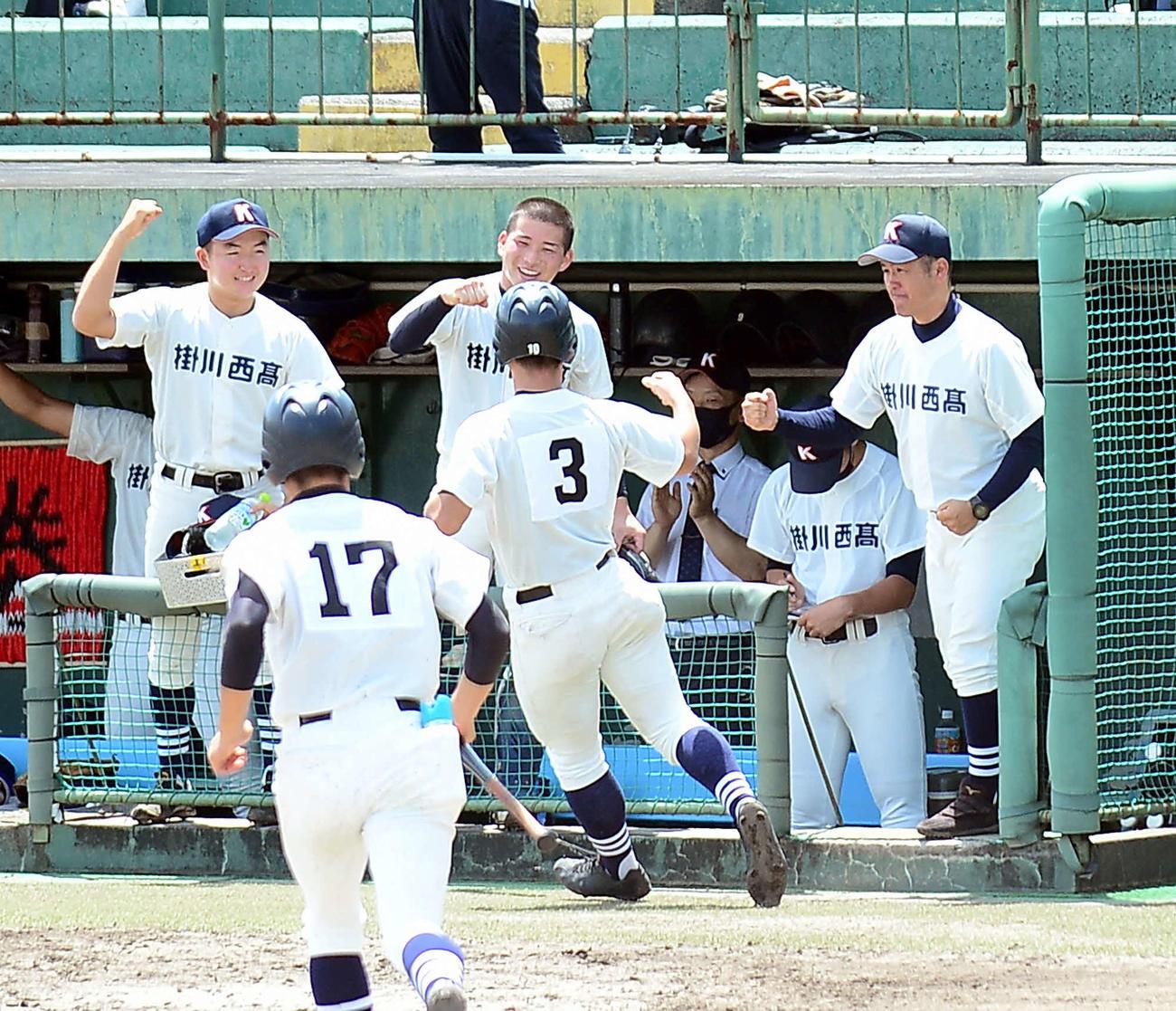 選手をエアータッチで迎える掛川西・大石監督(右端)