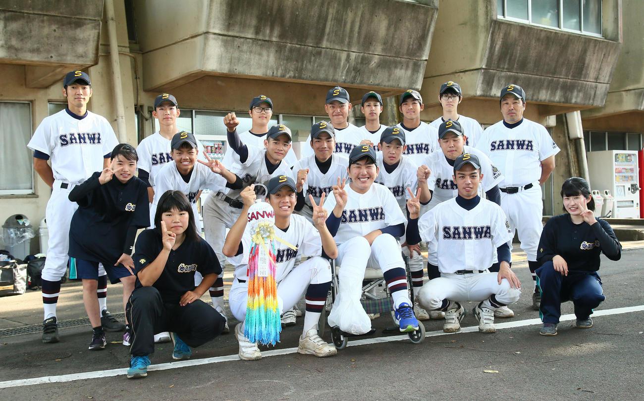 岩瀬対三和 13年ぶりの勝利に笑顔を見せる三和ナイン。前列中央は荻野マネジャー(撮影・足立雅史)