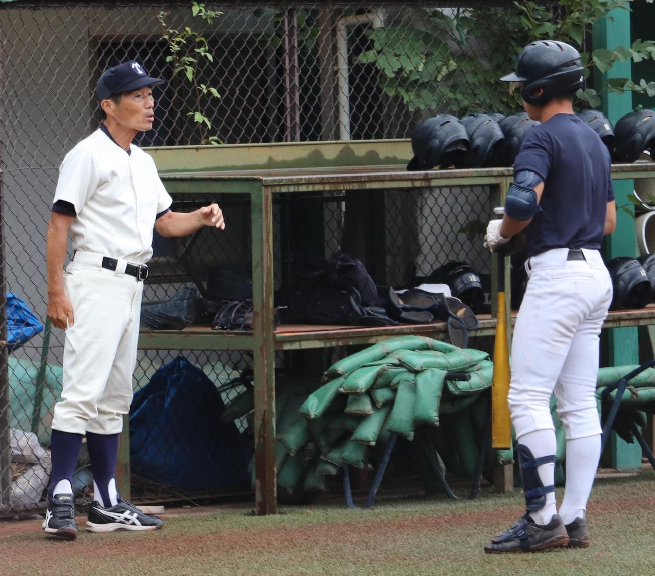 練習中、選手に指示する帝京・前田監督(左)(撮影・古川真弥)