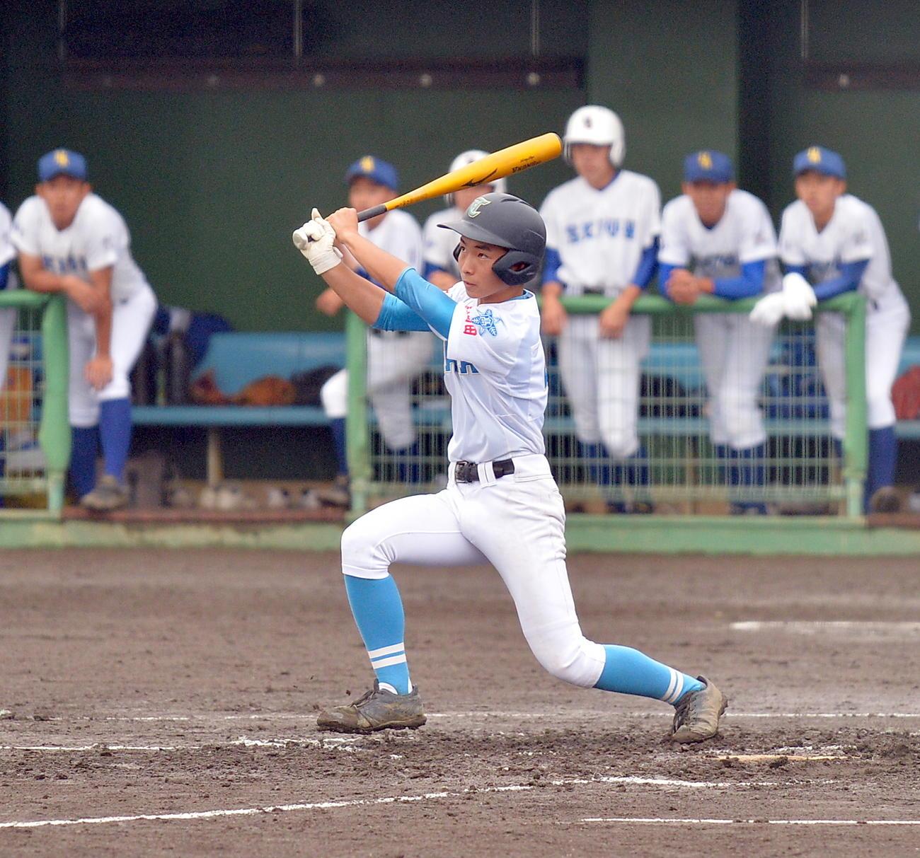 高田対花北青雲 1回表高田2死一、二塁、左中間に2点適時二塁打を放つ平沢(撮影・鎌田直秀)