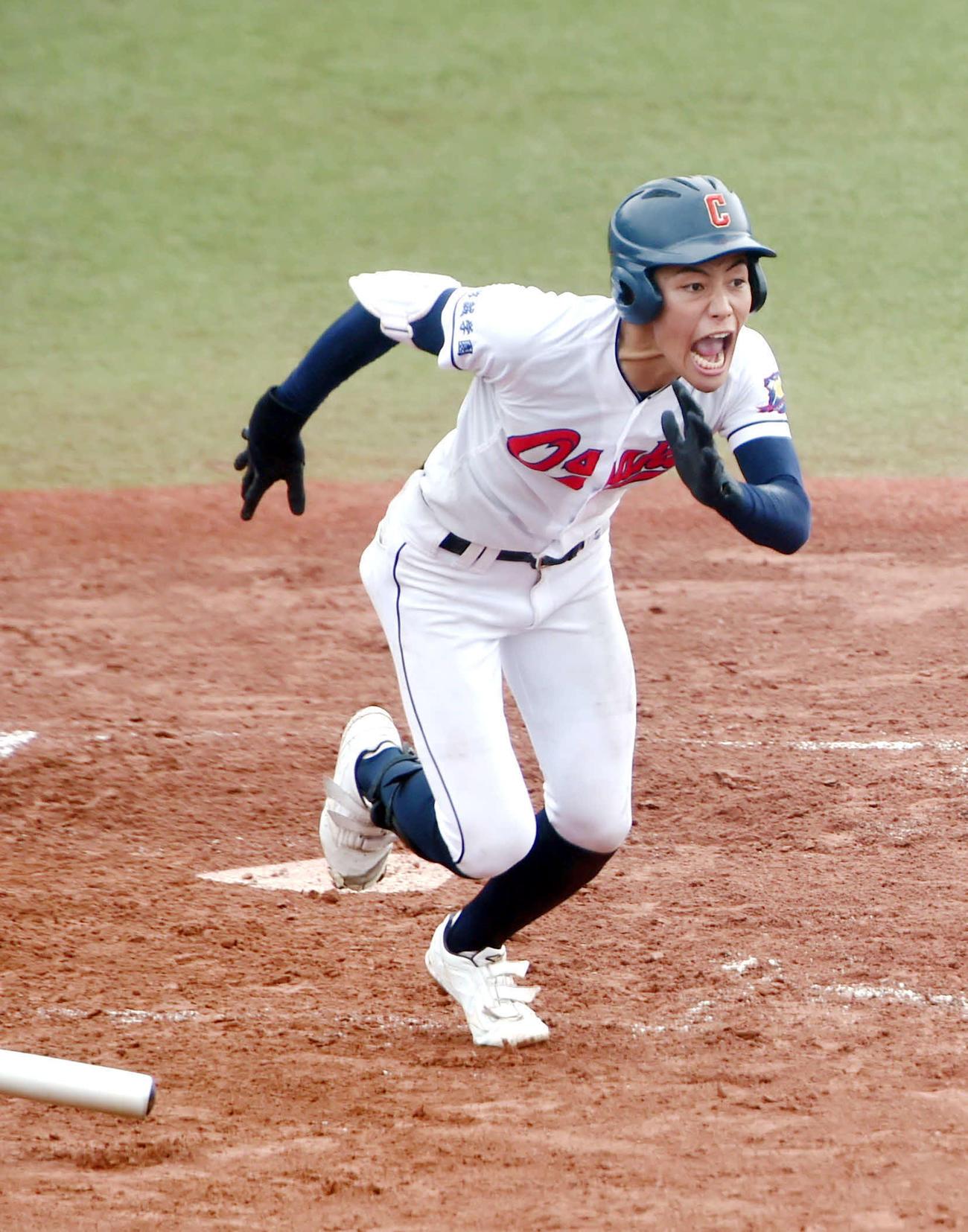 大崎中央対松島 8回表大崎中央1死三塁、右翼線に勝ち越しの適時三塁打を放つ麦谷(撮影・相沢孔志)