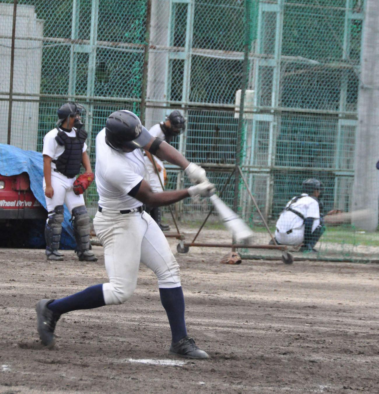 大阪偕星学園のダビット・バチスタ・モレノはシート打撃で中前打を放つ