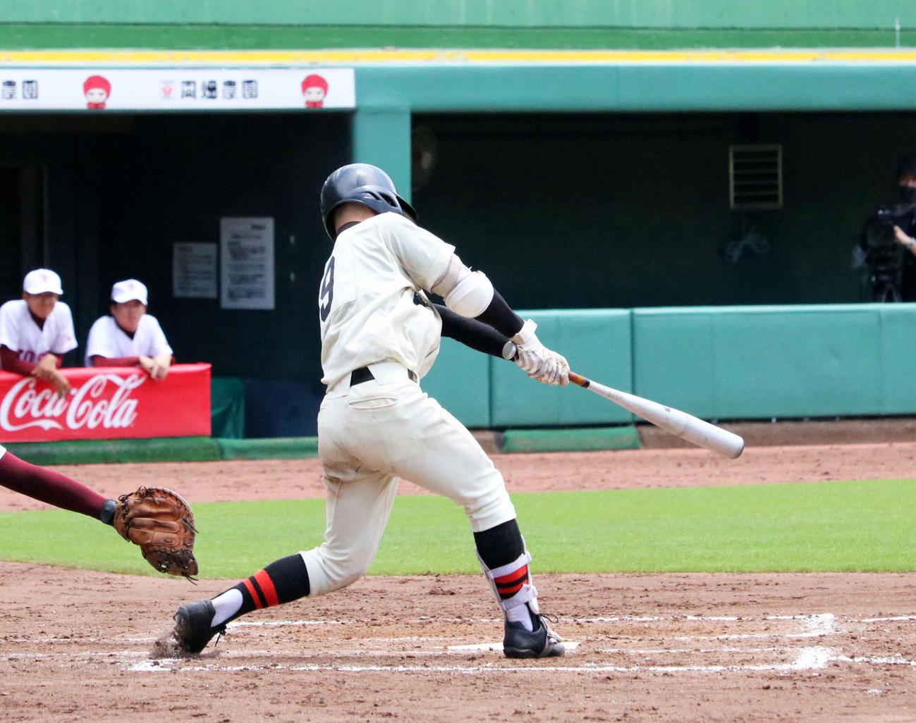 7回表2死一、二塁で3安打目となる2点適時二塁打を放つ星陵・横田(撮影・林亮佑)