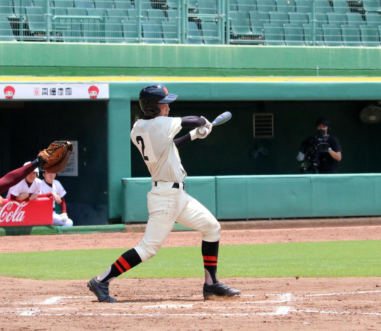 7回表2死二、三塁で勝ち越しの2点適時三塁打を放つ星陵・小園(撮影・林亮佑)