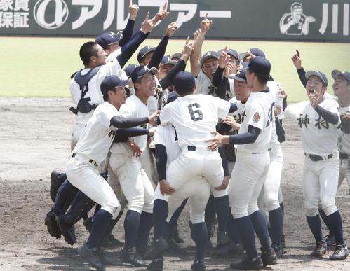 優勝し歓喜する神村学園ナイン(撮影・菊川光一)