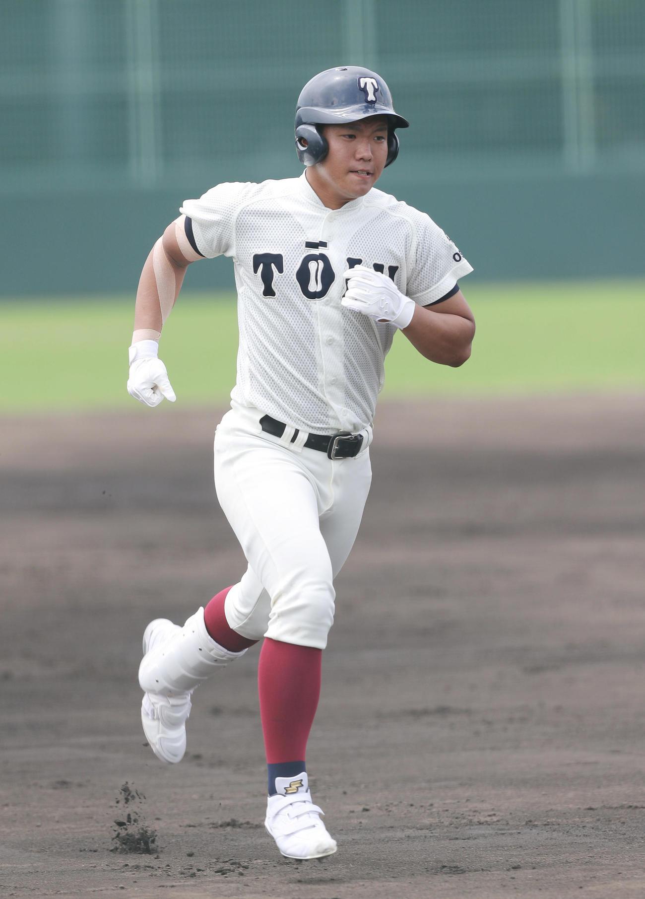 大阪桐蔭対吹田 2回表大阪桐蔭無死一塁、中越え2点本塁打を放つ上野(撮影・前田充)