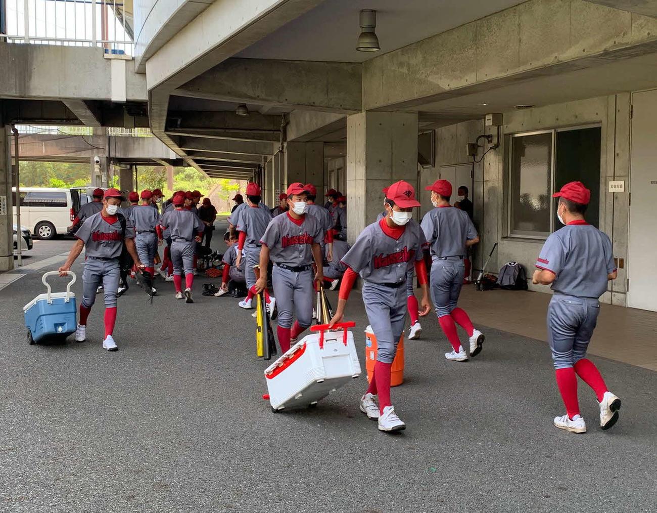 準決勝直後、移動の準備を進める浜松開誠館の選手たち
