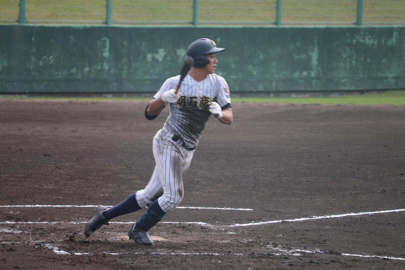 2回、2死満塁から先制の2点適時打を放った明石商・来田(撮影・望月千草)