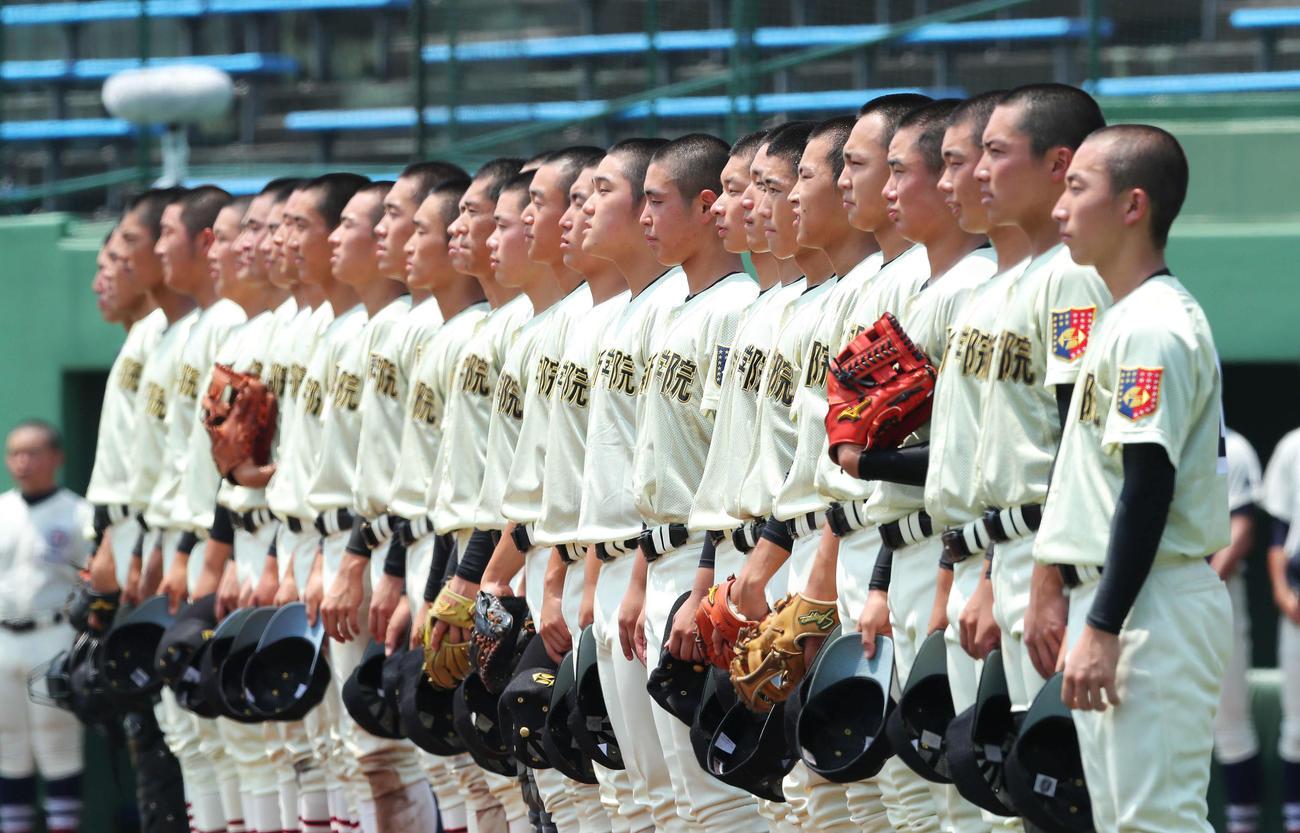 黒羽対作新学院 黒羽に勝利し校歌を歌う作新学院ナイン(撮影・河田真司)